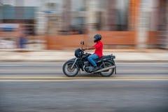 AVANA, CUBA - 20 OTTOBRE 2017: Havana Old Town e area di Malecon con il vecchio ciclo del taxi cuba panning fotografie stock