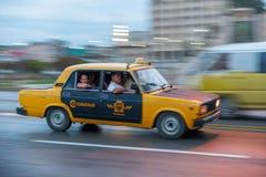 AVANA, CUBA - 20 OTTOBRE 2017: Havana Old Town e area di Malecon con il vecchio taxi Lada Vehicle cuba panning fotografie stock
