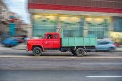AVANA, CUBA - 20 OTTOBRE 2017: Havana Old Town e area di Malecon con il vecchio veicolo del camion cuba panning immagine stock libera da diritti