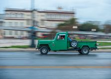 AVANA, CUBA - 20 OTTOBRE 2017: Havana Old Town e area di Malecon con il vecchio veicolo del camion del taxi cuba panning immagini stock libere da diritti