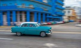 AVANA, CUBA - 20 OTTOBRE 2017: Havana Old Town e area di Malecon con il vecchio veicolo del taxi cuba panning immagini stock