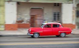 AVANA, CUBA - 20 OTTOBRE 2017: Havana Old Town e area di Malecon con il vecchio veicolo del taxi cuba panning fotografie stock