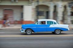 AVANA, CUBA - 20 OTTOBRE 2017: Havana Old Town e area di Malecon con il vecchio veicolo del taxi cuba panning immagine stock