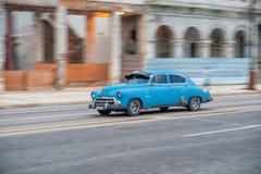 AVANA, CUBA - 20 OTTOBRE 2017: Havana Old Town e area di Malecon con il vecchio veicolo del taxi cuba panning immagini stock libere da diritti