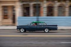 AVANA, CUBA - 20 OTTOBRE 2017: Havana Old Town e area di Malecon con il vecchio veicolo del taxi cuba panning fotografia stock libera da diritti