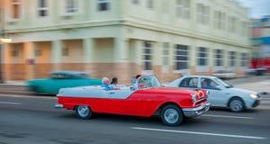 AVANA, CUBA - 20 OTTOBRE 2017: Havana Old Town e area di Malecon con il vecchio veicolo del taxi cuba panning fotografia stock