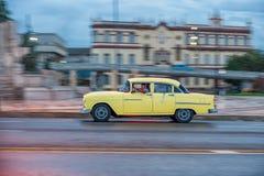 AVANA, CUBA - 20 OTTOBRE 2017: Havana Old Town e area di Malecon con il vecchio veicolo del taxi cuba panning fotografie stock libere da diritti