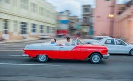 AVANA, CUBA - 20 OTTOBRE 2017: Havana Old Town e area di Malecon con il vecchio veicolo del taxi cuba panning immagine stock libera da diritti