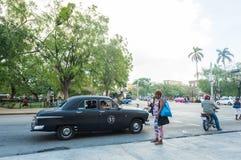 AVANA, CUBA - 23 OTTOBRE 2017: Havana Old Town And Traffic con la gente Immagine Stock Libera da Diritti