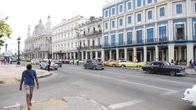 AVANA, CUBA - 20 OTTOBRE 2017: Havana Old Town Traffic ed architettura archivi video