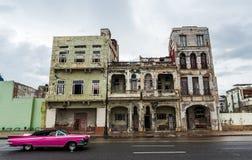 AVANA, CUBA - 21 OTTOBRE 2017: Vecchia costruzione a Avana, architettura unica di Cuba Vecchia automobile in priorità alta Fotografia Stock