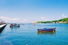 AVANA, CUBA - 16 SETTEMBRE 2016: Entrata della baia di Avana con la pesca della b Immagine Stock