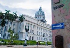 AVANA, CUBA - 10 SETTEMBRE 2016: Passeggiata non identificata della gente nelle sedere Immagine Stock Libera da Diritti