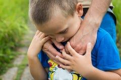 Avance de la main du père son fils d'enfant en nature de forêt d'été extérieure Photographie stock
