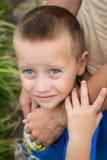 Avance de la main du père son fils d'enfant en nature de forêt d'été extérieure Photos stock