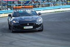Avance de voiture de sécurité le coureur de la formule 3 de l'Ukraine Photographie stock libre de droits