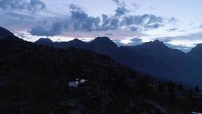 Avancer au-dessus des bois bleus clairs de lac et de pin dans le jour d'été de nuit Vert extérieur d'Aosta de ` de Valle d d'Alpe banque de vidéos