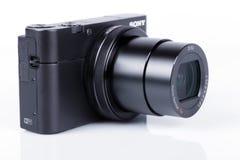 Avancerad kompakt kamera Sony DSC-RX100 M5 som isoleras på vit arkivfoton