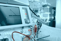 Avancerad utrustning i sjukhussal Royaltyfri Foto