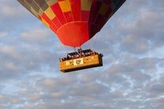 AVANOS, DIE TÜRKEI - 6. MAI 2015: Foto von Leuten im Korb des Ballons Stockfoto