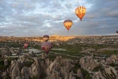 AVANOS, TURCHIA - 6 MAGGIO 2015: Foto dei palloni sopra Cappadocia Fotografia Stock