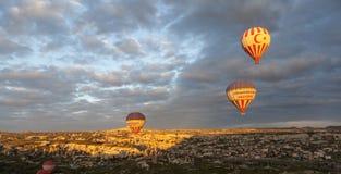 AVANOS, TURCHIA - 6 MAGGIO 2015: Foto dei palloni sopra Cappadocia Fotografie Stock