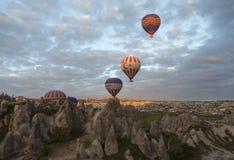 AVANOS, TURQUIA - 6 DE MAIO DE 2015: Foto dos balões sobre Cappadocia Imagens de Stock Royalty Free