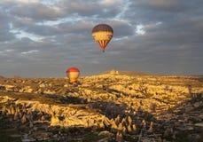 AVANOS, TURQUIE - 6 MAI 2015 : Photo des ballons au-dessus de Cappadocia Photographie stock libre de droits