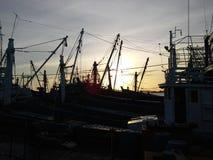 Avant crépuscule, bateaux au port de Songkhla, Thaïlande Image libre de droits