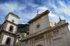 Avant d'église de Positano de plaza avec le ciel Photo libre de droits