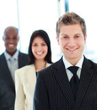 avant d'homme d'affaires son équipe de sourire Image stock
