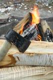 Avant d'identifiez-vous de hache et de bois de chauffage d'un feu extérieur image stock