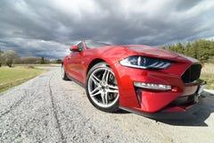 Avant d'un Américain rouge Ford Mustang 2018 Images stock