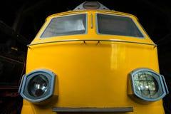 Avant d'un train électrique jaune photos stock