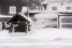Avant d'une maison déchirée couverte dans la neige - VOSGES, Frances Photo libre de droits