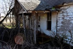 Avant d'une vieille maison de cadre blanche abandonnée Photo stock