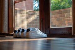 Avant de chaussure la porte Images stock