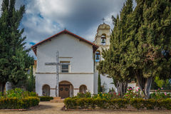 Avant de l'église historique de la mission San Juan Bautista en Californie photo stock