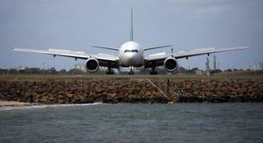 Avant de l'avion à réaction 200EA de Boeing 777 en fonction Photo stock