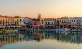 Avant de l'eau de Rethymno au coucher du soleil Photos stock