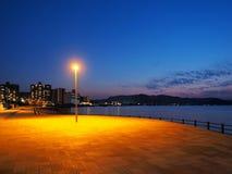 Avant de l'eau de Takamatsu à la tombée de la nuit images stock