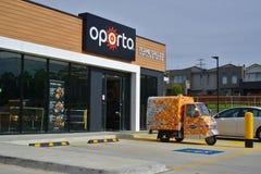 Avant de magasin de Porto et son véhicule de livraison images stock