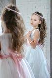 Avant de petite fille le miroir Images libres de droits