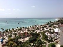 Avant de plage d'Aruban d'une station de vacances ayant beaucoup d'étages Photo libre de droits