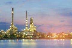 Avant de rivière au-dessus de vue de nuit d'usine de raffinerie de pétrole Images libres de droits