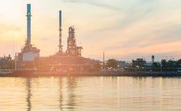 Avant de rivière de raffinerie de pétrole avec le ciel de coucher du soleil photo libre de droits