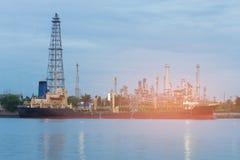 Avant de rivière de raffinerie de pétrole et bateau de réservoir Photos stock