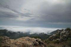 Avant de tempête à partir de dessus de montagne Photographie stock
