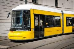 Avant de train/de tramway électriques modernes de tram sur la rue à Berlin, Allemagne images libres de droits