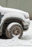 Avant de véhicule couvert de neige Photographie stock